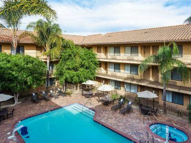 Holiday Inn Image1